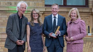 Bundesministerin Johanna Wanka überreicht die Alexander von Humboldt-Professur 2017 an Largus T. Angenent von der Universität Tübingen