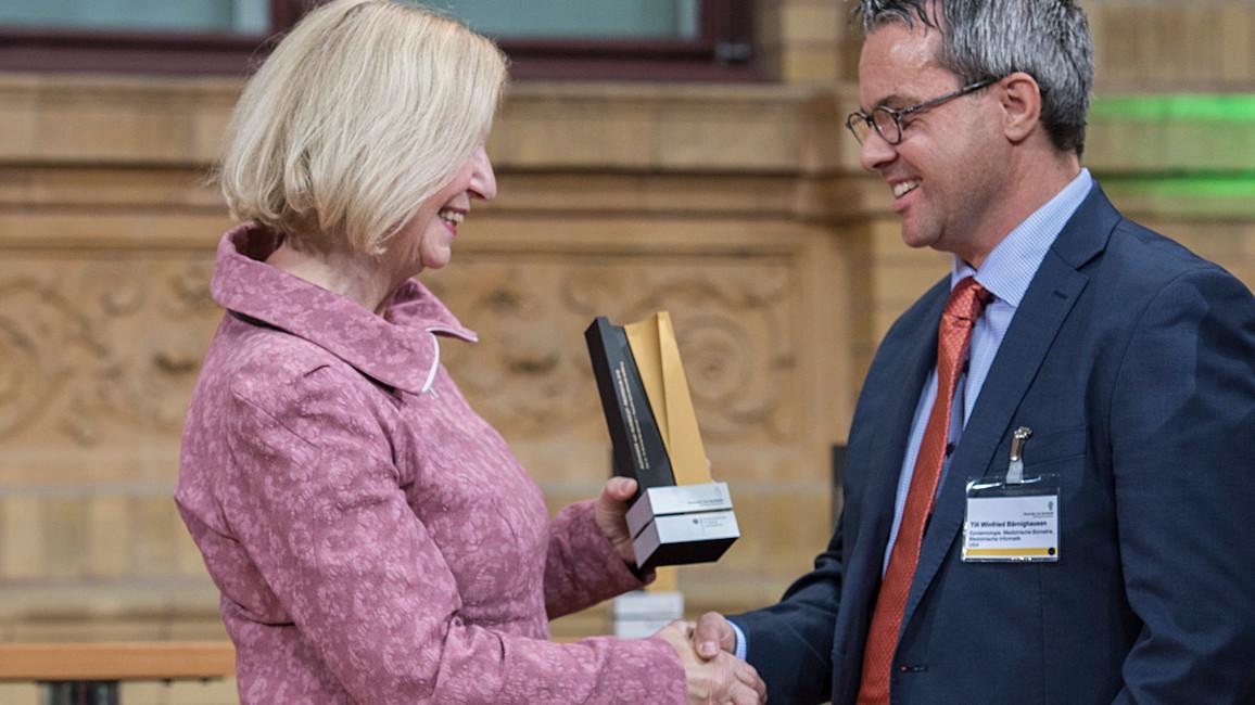 Bundesministerin Johanna Wanka überreicht die Alexander von Humboldt-Professur 2017 an Till Winfried Bärnighausen von der Universität Heidelberg