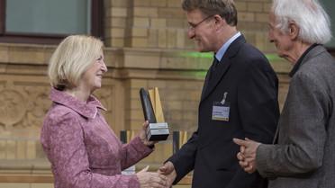 Bundesministerin Johanna Wanka überreicht die Alexander von Humboldt-Professur 2017 an Sven Bernecker von der Universität zu Köln