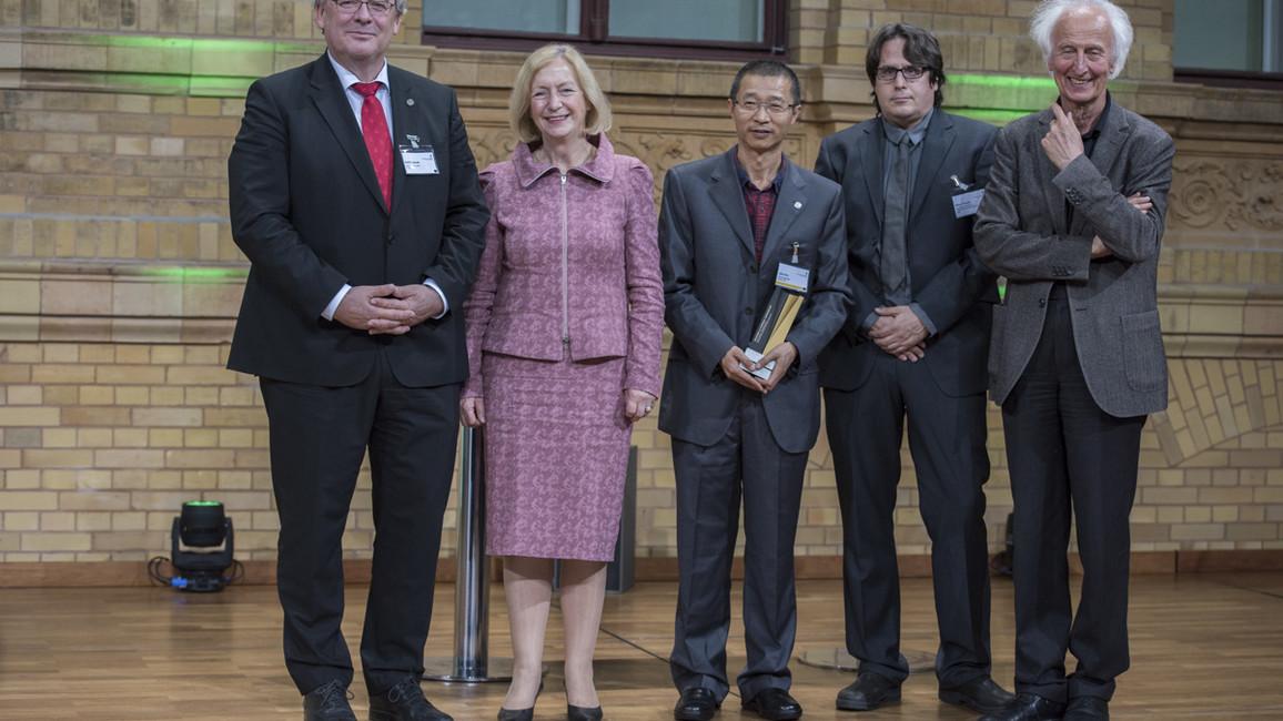 Bundesministerin Johanna Wanka überreicht die Alexander von Humboldt-Professur 2017 an Jijie Chai von der Universität zu Köln