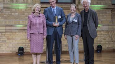 Bundesministerin Johanna Wanka überreicht die Alexander von Humboldt-Professur 2017 an Ran Hirschl von der Georg-August-Universität Göttingen