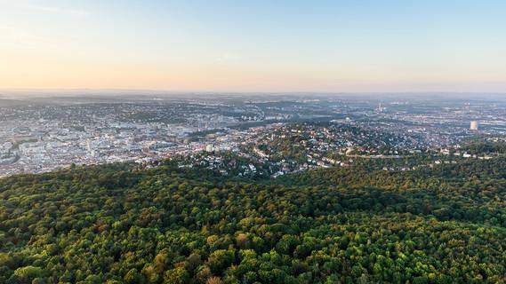 Das Bild zeigt eine Luftaufnahme von Stuttgart.