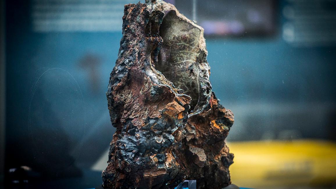 Der Schlot einer heißen Quelle, eines sogenannten Schwarzen Rauchers, ist in der Ausstellung zu sehen. Er wurde während einer Expedition des Forschungsschiffs METEOR im Nordatlantik gefunden.