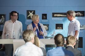 Neue Ausstellung mit Science-Talk eröffnet: Wie hat sich die Golfstromzirkulation in der Vergangenheit geändert und warum? Wie wird sie sich in der Zukunft entwickeln? Und wie würde sich eine mögliche Abschwächung des Golfstroms auf das Klima in Nordwest-Europa auswirken? Darüber diskutierten beim Science Talk die Meeres- und Klimaforscher Jochem Marotzke (v. links), Monika Rhein und Stefan Rahmstorf.