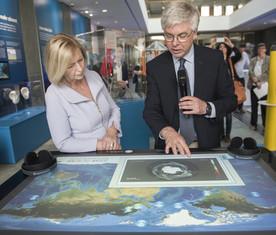 Am Multitouch-Bildschirm zeigt Detlef Stammer, Direktor des Zentrums für Erdsystemforschung und Nachhaltigkeit an der Universität Hamburg, Bundesforschungsministerin Wanka die weltweiten Meeresströmungen.