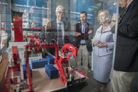Bundesforschungsministerin Johanna Wanka schaut sich das Modell des Forschungsschiffs