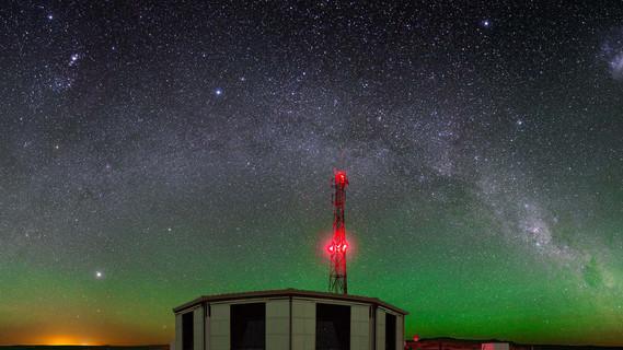 Mehreckiges Gebäude mit seitlichen Löchern für Teleskope auf einer weiten