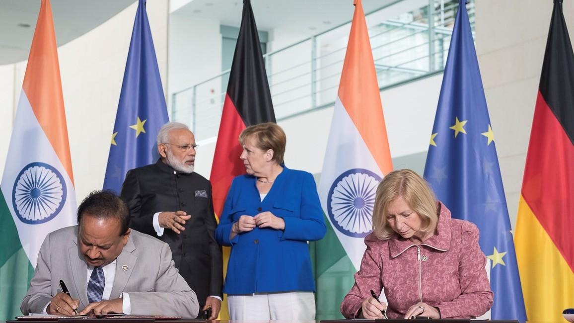 Im Rahmen der Deutsch-Indischen Regierungskonsultationen unterzeichnen Bundesministerin Johanna Wanka und ihr indischer Amtskollege Harsh Vardhan eine Absichtserklärung für ein Deutsch-Indisches Zentrum für Nachhaltigkeit