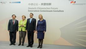 Bundesministern Wanka und ihr chinesischer Kollege Wan Gang auf dem Forum