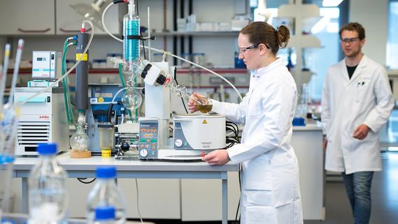 Das Bild zeigt, zwei Wissenschaftler im Labor der Fachhochschule Lübeck, wie sie Extrakte aus der Mandelhaut und dem Brühwasser auf antioxidative Substanzen hin untersuchen.