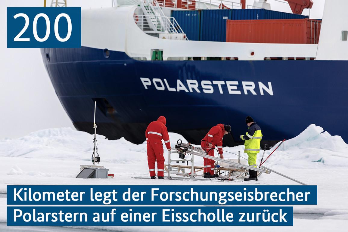 Drei Forscher Installieren Untereissensoren während im Hintergrund das Forschungseisbrecher im Eis steht.