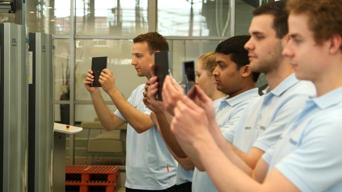 Poster zum Video Lernen in der virtuellen Welt: Smartphones und Tablets halten Einzug in die Berufsschulen.
