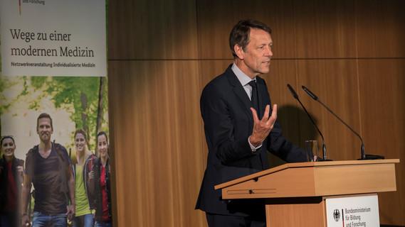 Georg Schütte, Staatssekretär im Bundesministerium für Bildung und Forschung, eröffnet die Konferenz