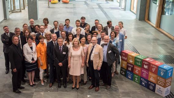 Bundesministerin Johanna Wanka mit den Mitgliedern der Plattform Bildung für nachhaltige Entwicklung
