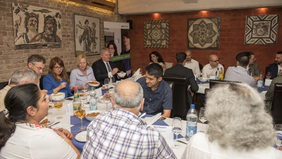 Auf Einladung des BWK BildungsWerks in Kreuzberg nahm Bundesministerin Johanna Wanka am traditionellen Iftar-Essen teil.