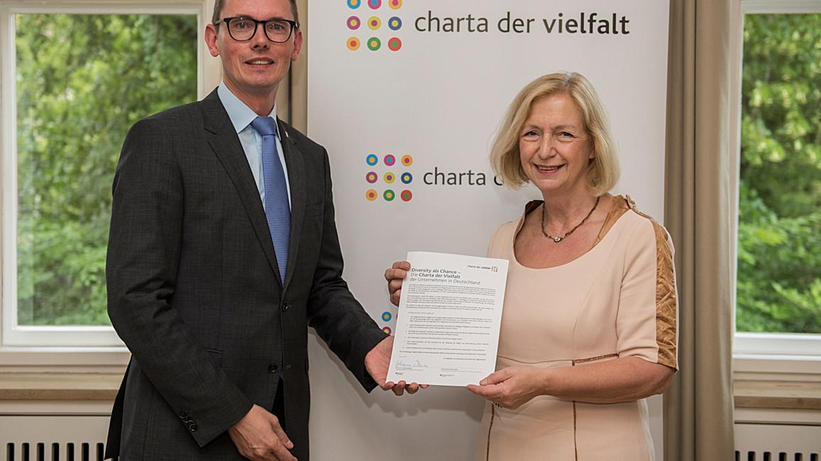 Bundesministerin Johanna Wanka unterzeichnet im Beisein von Gernot Sendowski die Charta der Vielfalt