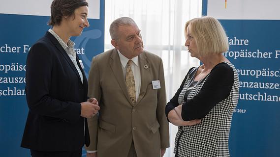 Bundesministerin Johanna Wanka im Gespräch mit Annika Jahnke und Jean-Pierre Bourguignon