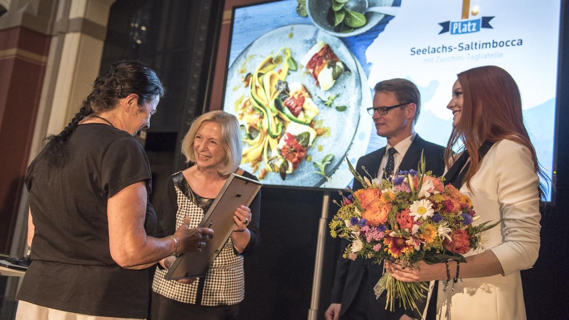 """Besonders """"klug gefischt"""" hat Irmgard Bremer aus Achern in Baden-Württemberg. Die 71-Jährige hat sich mit ihren nachhaltigen Kochkünsten den ersten Platz gesichert."""