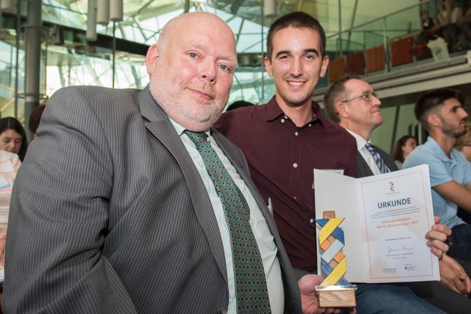 Volker Wenzel mit seinem spanischen Praktikanten Borrallo Espinar und dem Preis.