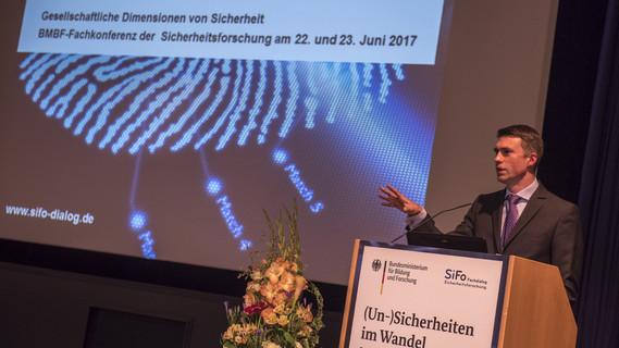 Stefan Müller, Parlamentarischer Staatssekretär bei der Bundesministerin für Bildung und Forschung, eröffnet die Fachkonferenz '(Un-)Sicherheiten im Wandel - Gesellschaftliche Dimensionen von Sicherheit'
