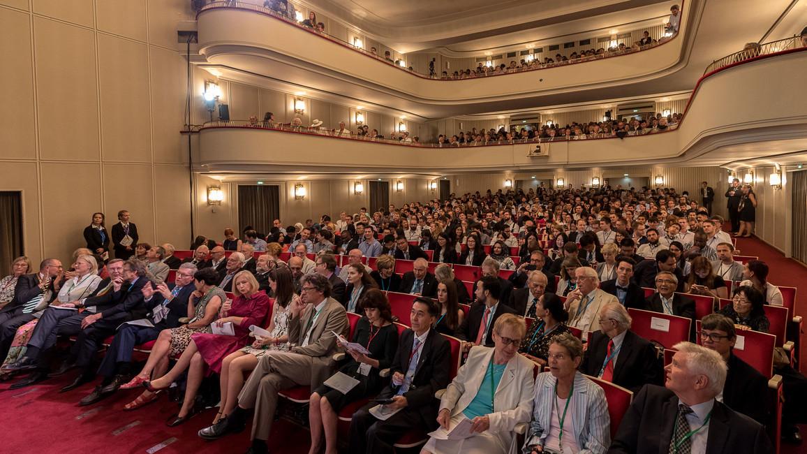 Blick in den Saal während der Eröffnung