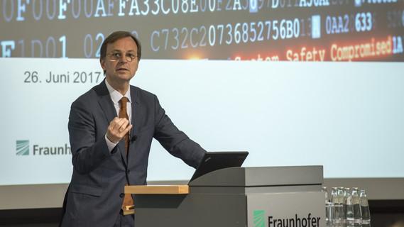 Thomas Rachel, Parlamentarischer Staatssekretär bei der Bundesministerin für Bildung und Forschung, hält eine Eröffnungsrede im Rahmen eines Festaktes zur Eröffnung des Lernlabors Cybersicherheit bei Fraunhofer