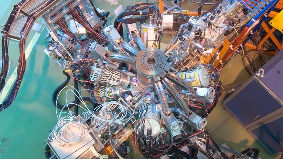 Mit dem Experiment MINIBALL an der Ionenquelle ISOLDE können Forscherinnen und Forscher Gammastrahlung messen, die beim Zerfall kurzlebiger Isotope entsteht.