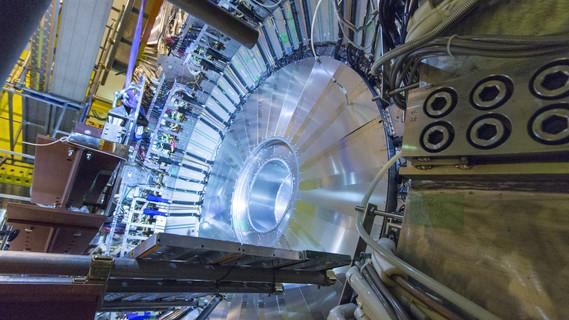 Mithilfe des Teilchendetektors Belle II am japanischen Forschungszentrum KEK wollen sich Wissenschaftlerinnen und Wissenschaftler auf die Suche nach Hinweisen auf neue Physik begeben.