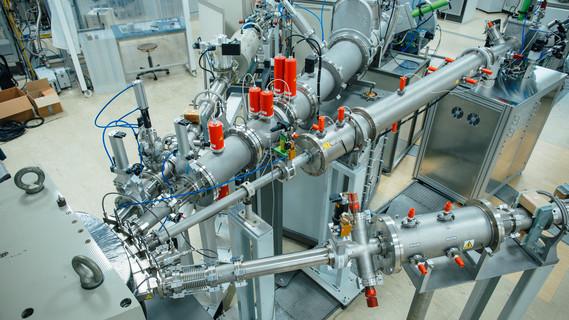 """Mit diesem Implanter am Ionenstrahlzentrum des HZDR lassen sich unterschiedlichste Atomsorten in einen Werkstoff einbringen. Halbleiter erhalten zum Beispiel erst durch dieses """"Spicken"""" mit Fremdatomen die gewünschten elektrischen Eigenschaften."""