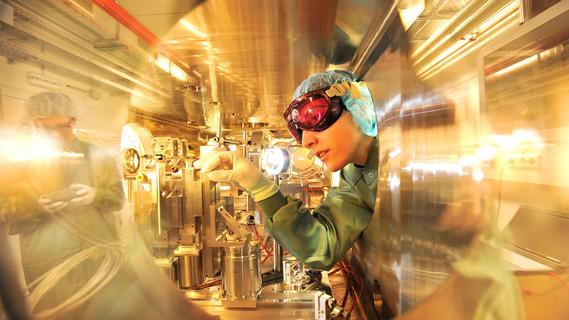 In dieser Kammer am Zentrum für Hochleistungs-Strahlenquellen ELBE treffen ein Laser- und ein Elektronenstrahl zusammen. Auf diese Weise erzeugen die Forschenden brillante Röntgenstrahlung.