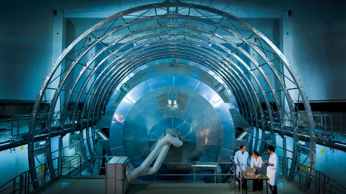 Um die kleinsten Strukturen zu erforschen, die Materie zu verstehen oder tief ins Universum zu blicken, kommen die besten Köpfe der Welt an Forschungsinfrastrukturen zusammen - hier an der größten Helmholtz-Spule der Welt.