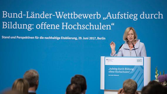 Bundesministerin Johanna Wanka eröffnet die Veranstaltung
