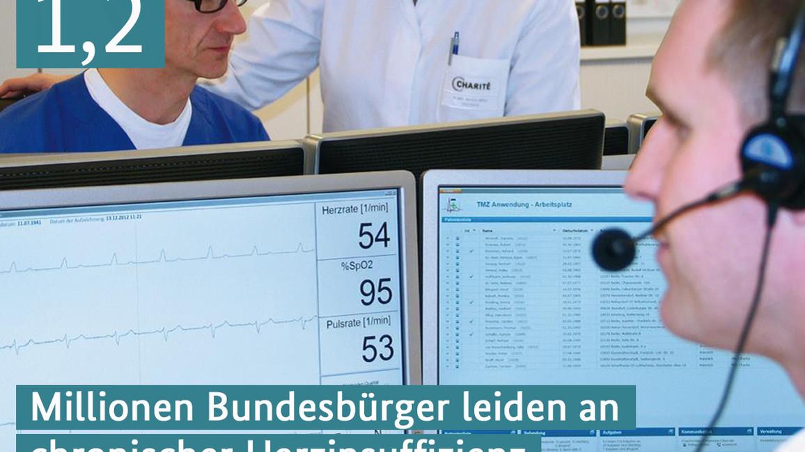 Ein Arzt überwacht Herz, Sauerstoffrate und Puls eines Patienten am Monitor.