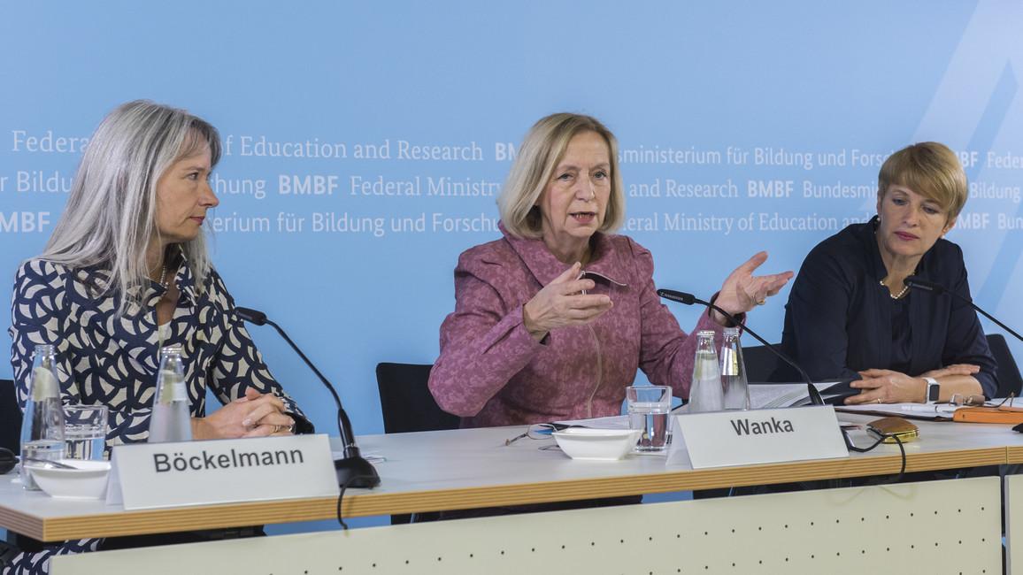 Auf einer Pressekonferenz stellen Christine Böckelmann (dtv. Vorsitzende des Auswahlgremiums), Bundesministerin Johanna Wanka und Martina Münch (Wissenschaftsministerin des Landes Brandenburg) die Auswahlergebnisse der Förderinitiative 'Innovative Hochschule' vor.