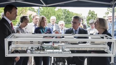 Bundesforschungsministerin Johanna Wanka besuchte gemeinsam mit Bundesinnenminister Thomas de Maizière das THW in Steglitz. Dort wurde das Einsatzstellen-Sicherungs-System (ESS) sowie das vom BMBF geförderte Radar Warn-und Informationssystem (RAWIS) vorgestellt.