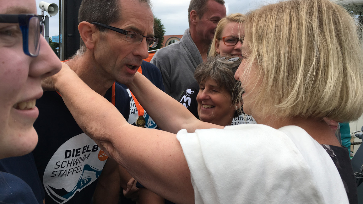 Bundesforschungsministerin Johanna Wanka überreicht gemeinsam mit Oliver Hermann, Bürgermeister von Wittenberge, die Medaillen an die Schwimmerinnen und Schwimmer der Nachmittagstrecke von Etappe 15.