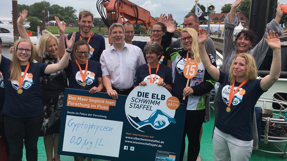 Die Schwimmerinnen und Schwimmer der Nachmittagsstrecke von Etappe 15 gemeinsam mit Bundesforschungsministerin Johanna Wanka und Oliver Hermann, Bürgermeister von Wittenberge.