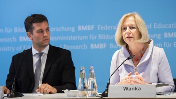 Bundesforschungsministerin Johanna Wanka und Alexander Hörbst stellen die Konsortien vor, die seitens des BMBF im Rahmen der Medizininformatik-Initiative gefördert werden.