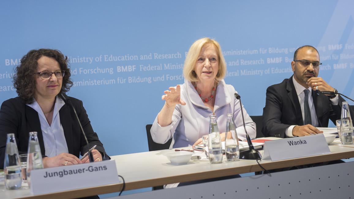 Bundesministerin Johanna Wanka (Mitte) stellt gemeinsam mit Monika Jungbauer-Gans (wissenschaftliche Geschäftsführerin des DZHW) sowie Joybrato Mukherjee (Vizepräsident des DAAD) die Ergebnisse der Studie 'Wissenschaft weltoffen 2017' vor.