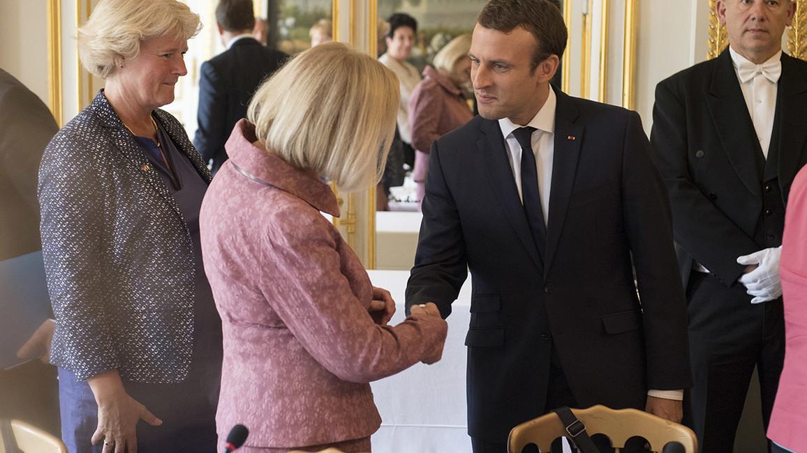 Bundesministerin Johanna Wanka wird vom französischen Präsidenten Emmanuel Macron begrüßt.
