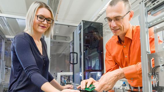 Zwei Personen befinden sich in einer produktionsnahen Testumgebung zu Forschungs und Entwicklungszwecken