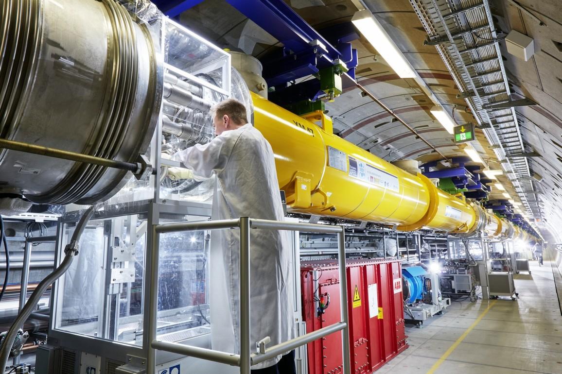 Arbeiten an den Modulverbindungen im European XFEL-Linearbeschleuniger: Mit einem kleinen Mobil-Reinraum stellen Techniker die Verbindungen zwischen zwei Beschleunigermodule im Tunnel her.