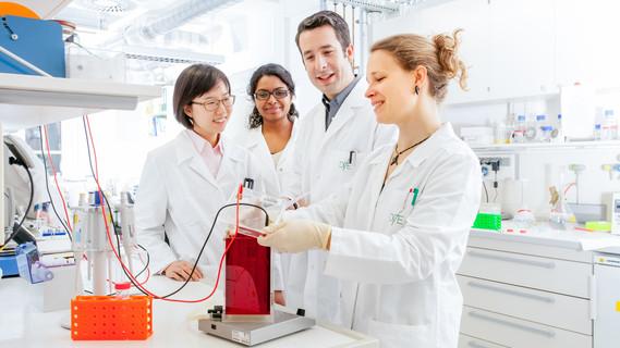 Junge Forscher im Labor beim Deutsches Institut für Ernährungsforschung