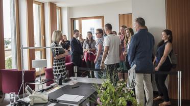 Das BMBF öffnet seine Türen - Besucherinnen und Besucher können sich ein Bild von den vielfältigen Forschungsthemen machen. Bundesministerin begrüßte zahlreiche Interessierte.