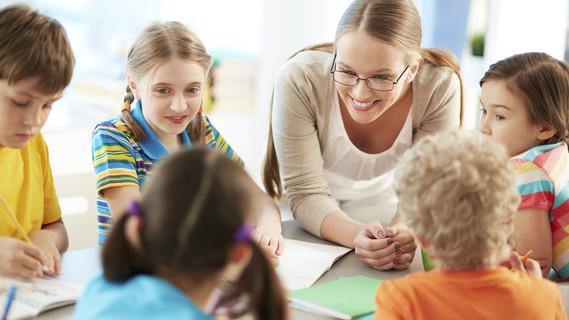 Lehrerin mit Schülern im Gespräch