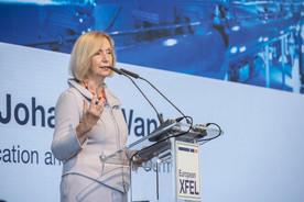 Bundesforschungsministerin Johanna Wankagibt grünes Licht für die ersten Experimente am European XFEL.