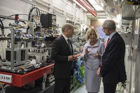 Bundesforschungsministerin Johanna Wanka, Hamburgs Bürgermeister Olaf Scholz und Robert Feidenhans\'l, Direktor des XFEL, in einer Experimentierhalle