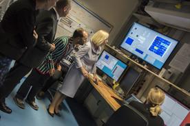 Bundesforschungsministerin Johanna Wanka startet per Mausklick den XFEL