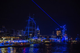 Zur Einweihung sendet die Stadt Hamburg einen Laserstrahl in Richtung European XFEL.
