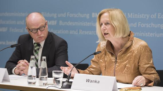 Bundesministerin Johanna Wanka und der Präsident der Max-Planck-Gesellschaft, Herr Stratmann, stellen die ersten Max-Planck-Schools vor
